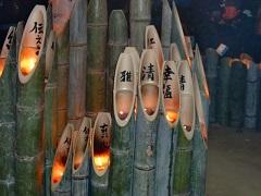 犠牲者追悼の竹灯籠